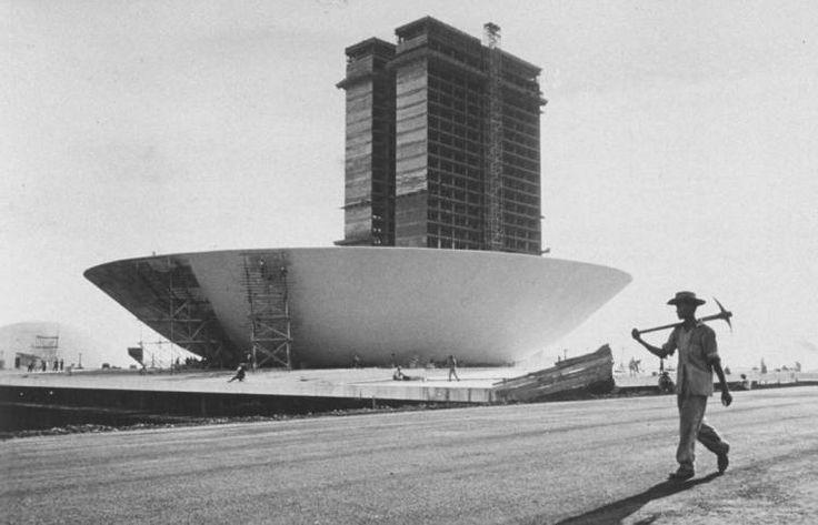 Brasília, capital da Republica Federativa do Brasil, que fora erguida entre os anos de 1955 e 1961, graças à ação do então presidente Juscelino Kubitschek de Oliveira, homem que era mais adiantado, ou melhor, mais avançado que sua época, ou seja, um visionário que encontrou nas mãos de uma promessa de campanha, antes nem sequer prevista pelo plano dos 50 anos em 5, uma forma de se destacar dos outros políticos. E com a ajuda de dois geniais arquitetos Oscar Niemeyer e Lúcio Costa, iniciou-se…