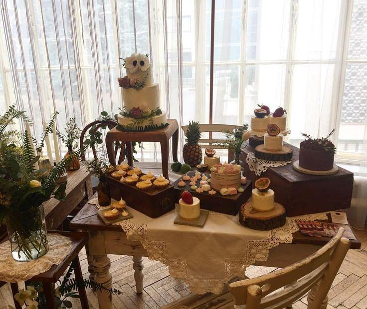 """57 kedvelés, 3 hozzászólás – Fanni Bisztriczky (@bfanni) Instagram-hozzászólása: """"Dessert table 🎂🙈🍰💒💍 #desserttable #wedding #weddingcake #cake #esküvő #esküvőitorta #desszertasztal…"""""""