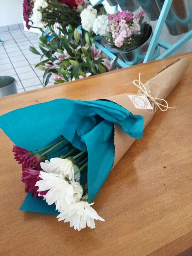 Wrapped flowers,  papel de China y kraft para un ramo sencillo y lindo. By La Floreria en Chihuahua.  Flower shop