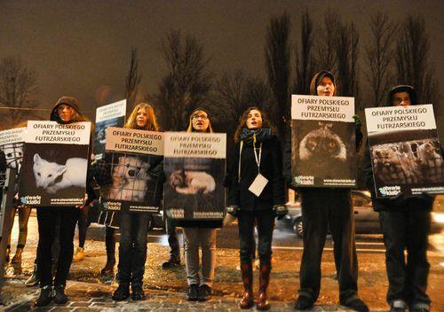 Demonstracja pod hotelem Słoneczny Młyn w Bydgoszczy, w którym 2.02.2013 odbywał się bankiet przemysłu futrzarskiego.