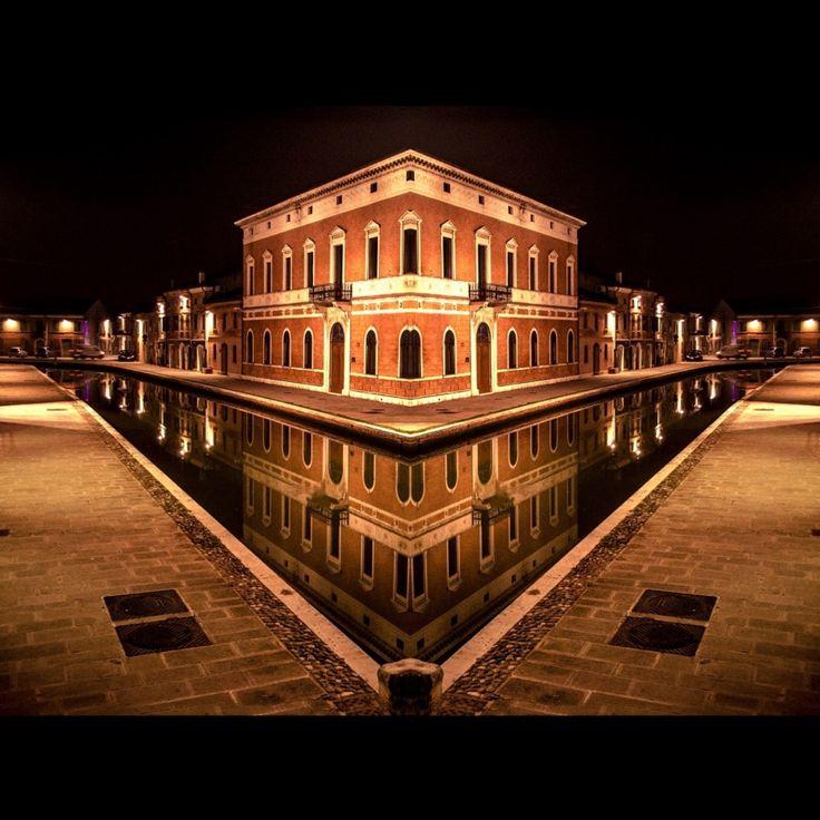 """""""Omaggio a Comacchio: simmetria perfetta della via Agatopisto e del Museo di palazzo Bellini - Instagram by comance64"""