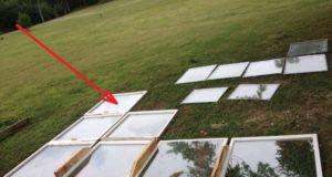 Na pozemek si nechali přivést stará okna. Toto z nich vytvořili za několik dní!