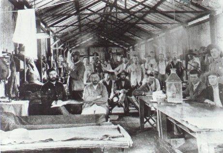 'n Kykie in die lewe van die Boere krygsgevangenes in die Diyatalawa krygsgevangenekamp, Ceylon. Die inwoners van hut 37.