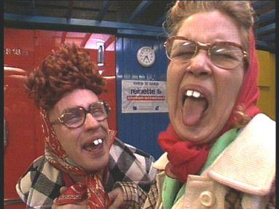 """Theo en Thea 1985-1989  Hallo, wij zijn Theo en Thea. Is dat niet fijn hiep hiep hoera..... Theo,Thea  """"Wie, wat, waar gaat het eigenlijk over?"""""""