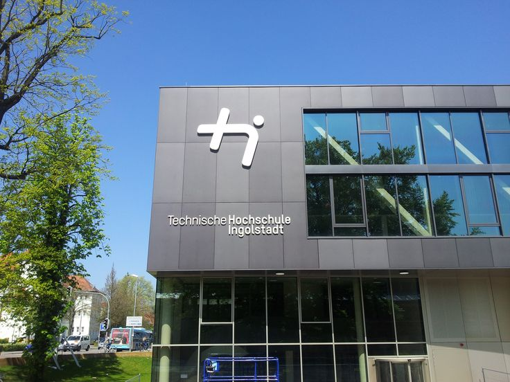 Die neue Leuchtanlage an der TH Ingolstadt - projektiert, produziert und Montage durch Sugar-Ad. Die flachen Profil 8 Buchstaben wurden als Zargenleuchter gebaut.