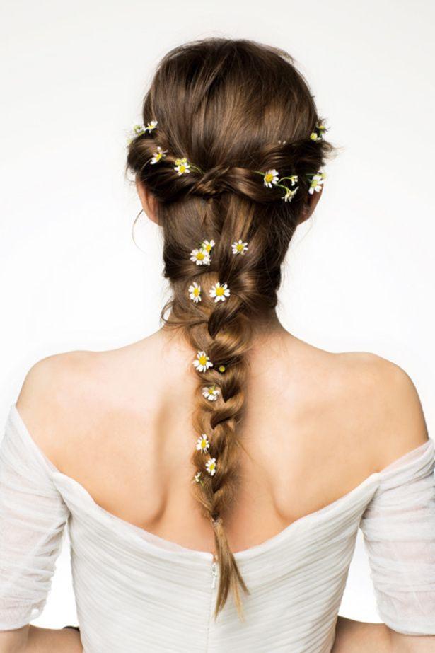 小花をちらした純真無垢なブレイズヘア ウェディングドレス・カラードレスに合う〜ラプンツェルみたいな花嫁衣装の髪型一覧〜