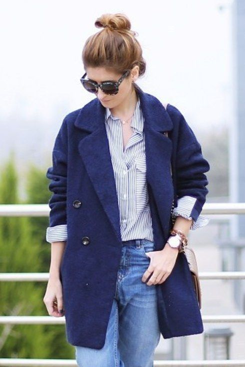 Arremanga tus boyfriend jeans y usa una blusa de rayas por dentro. | 16 Maneras de usar blue jeans para ir a trabajar