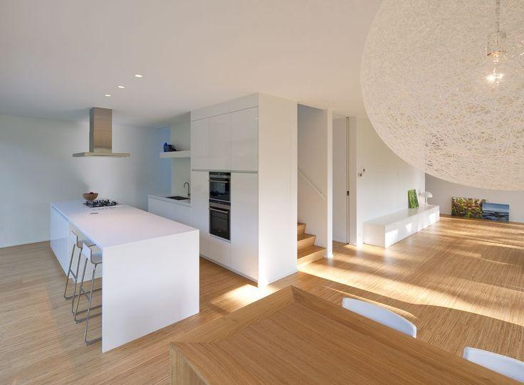 Aan de basis van het ontwerp van deze compacte gezinswoning lag het spievormige perceel n de - Lay outs rond het huis ...