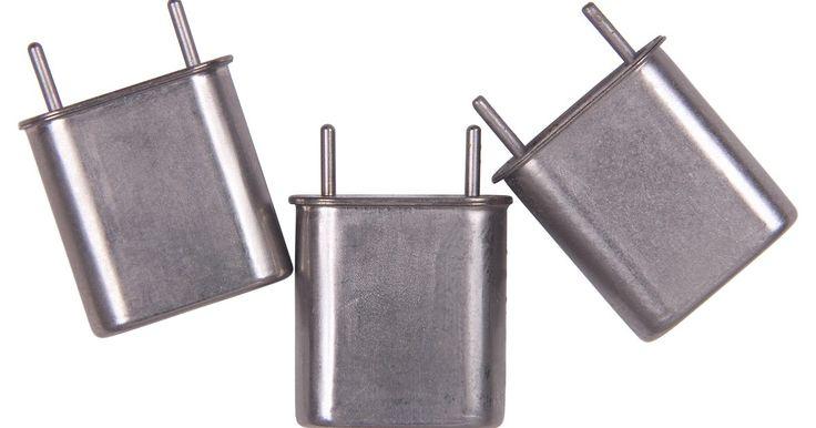 Como calcular o ganho em um transistor PNP. Muitos circuitos de transistores podem ser utilizados para amplificar sinais de corrente alternada. Cada terminal em um transistor de junção bipolar deve ser ligado eletricamente seja à uma fonte de sinal de entrada, à alimentação de corrente contínua ou ao aterramento elétrico. O conector aterrado do transistor deve ser conectado ao terminal ...