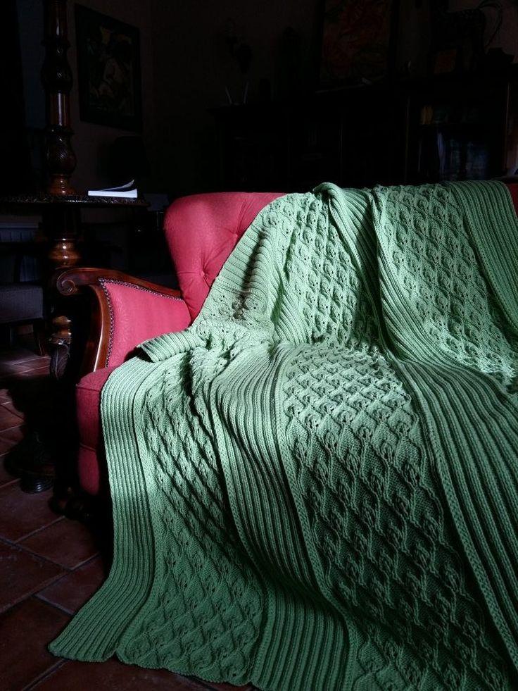 Kikelet kézzel kötött takaró áttört hullámos levélmintával kötve