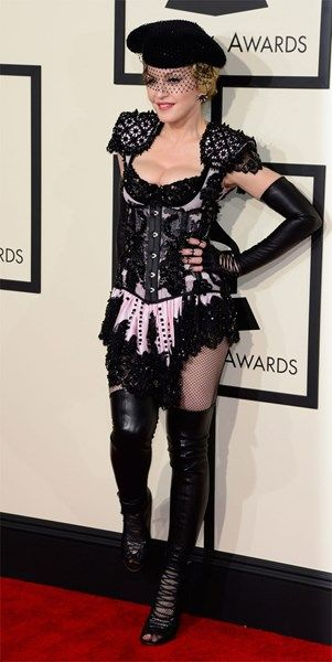 <P> Madonna kwam in gewaagd Givenchy en toonde - zoals gewoonlijk - haar blote poep. Kan iemand haar waarschuwen dat ze geen karikatuur van zichzelf mag worden? </P>