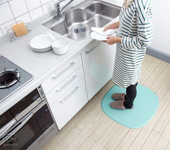 キッチンの立ち仕事を、もっと快適に、安全に、清潔に。そして足元の疲れを軽くして、足先の冷えから守ります。新素材から出来た、新しいキッチン用パッド。