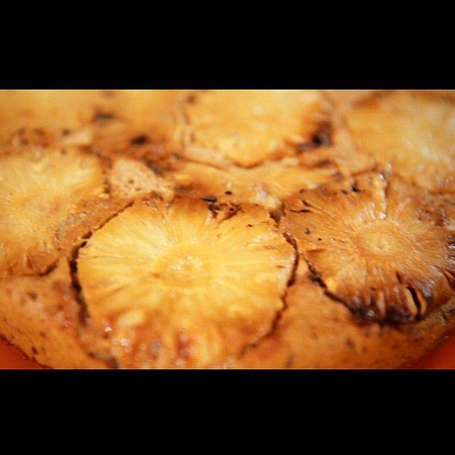 bolo de banana com abacaxi 1 xícara de açúcar mascavo 6 colheres (chá) de linhaça hidratada por 10 minutos (até criar gel) com ¼ de xícara de água 3 bananas d'água COM casca 1 colher (chá) de canela em pó ¾ xícara de óleo de coco 1 xícara de aveia integral 1 xícara de farinha de arroz 1 colher (chá) de fermento ½ abacaxi em rodelas finas sem casca 1- No liquidificador, bata o açúcar mascavo, a linhaça hidratada, as bananas com casca, a canela e o óleo de coco. 2- Deposite a mistura batida em…