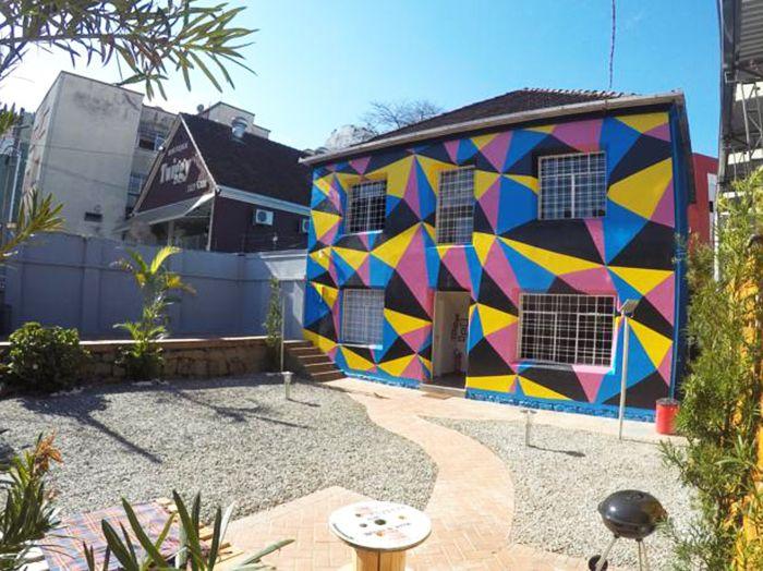 Procurando uma acomodação confortável e barata no centro de Curitiba? Então você precisa clicar no link e ler essa resenha sobre o Social Hostel Café & Bar!