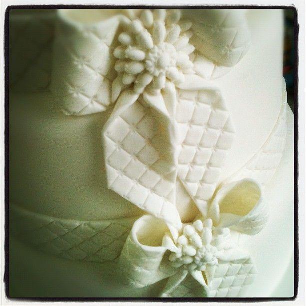 Bplo de casamento de hoje ficando pronto, com laço inspirado em Chanel e jóia no miolo. O molde de jóias foi presente das minhas queridíssimas Amigas @carol_prada @Flavia Andrada... :)   Flickr: Intercambio de fotos