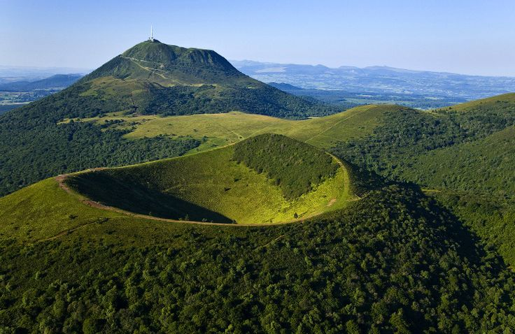 Auvergne sauvage : Composée de quelques 80 volcans, la Chaine des Puys s'étire sur 45 kilomètres au nord du Massif Central. Point culminant des monts Dôme, le Puy de Dôme domine largement la chaine avec ses 1 465 mètres d'altitude. Non loin, le Puy de Côme se reconnait à ses deux cratères emboités.