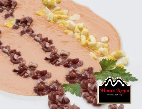 Salmorejo con huevo cocido, jamón ibérico #MonteRegio y perejil ¡Deliciosa manera de cuidarse!