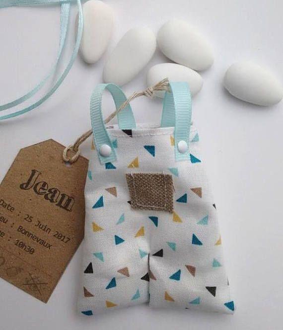 Cette petite salopette en coton blanc est un joli cadeau à offrir à vos invités lors du baptême de votre bébé. Il peut être assorti au faire part petite salopette n°28 que vous retrouverez sur ma boutique Envie dA. Il est composé : - dune petite salopette en coton blanc à motif triangle aux