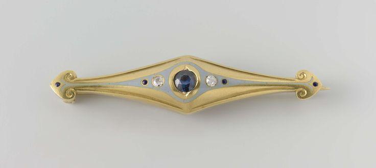 Lodewijk Willem van Kooten (II)   Broche, Lodewijk Willem van Kooten (II), Bert Nienhuis (I), c. 1908 - c. 1911   Broche van goud en grijs email, met een ster-saffier, twee diamanten en vier saffieren.