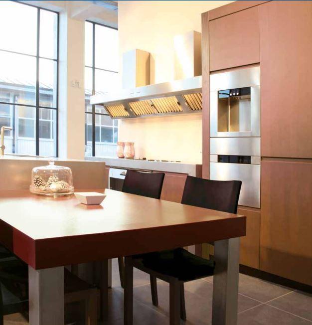 Maatwerk eiken houten keuken, afwerking bietjes en RVS aanrechtbladen - verdiept kookgedeelte met Pitt Cooking kookplaat - The Living Kitchen by Paul van de Kooi