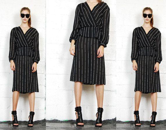 VENTE 20 % de réduction ! Vintage années 90 pur noir et blanc à rayures robe graphique Deep V Peplum Secrétaire Midi
