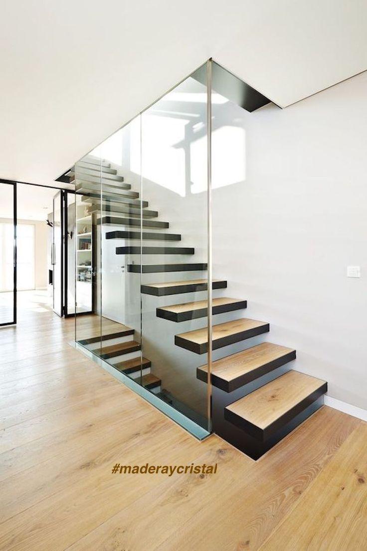 barandillas de cristal que aligeran el volumen de la escalera