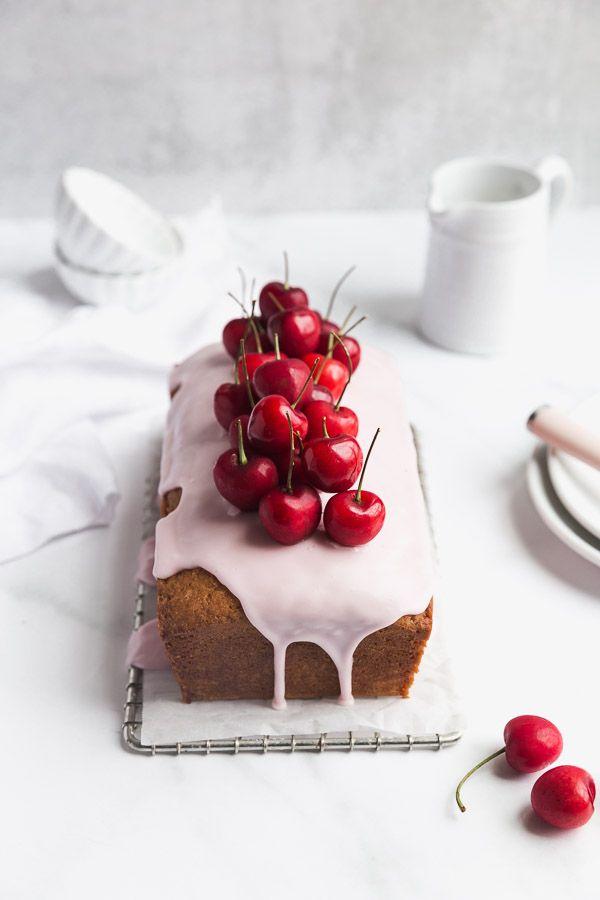 Zitronenkuchen mit Himbeerglasur und frischen Kirschen Eine helle und zarte Zitron …   – FOOD & CIE