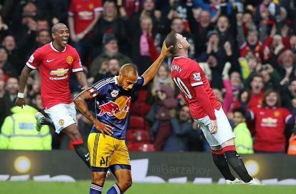Wayne Rooney upadłby gdyby nie ręka francuza • Thierry Henry podtrzymuje piłkarza Man Utd • Wejdź i zobacz śmieszny mem z Rooney'em >> #rooney #memes #manutd #manchesterunited #football #soccer #sports #pilkanozna #funny