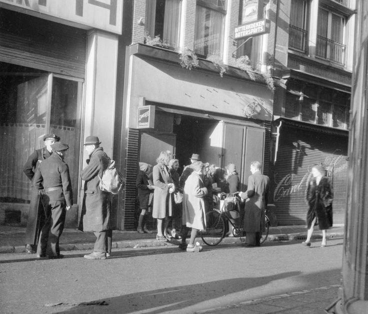 Amsterdam - Nieuwendijk - Zwarte markt 1945 (eerste kwartaal) - Fotograaf Charles Breijer