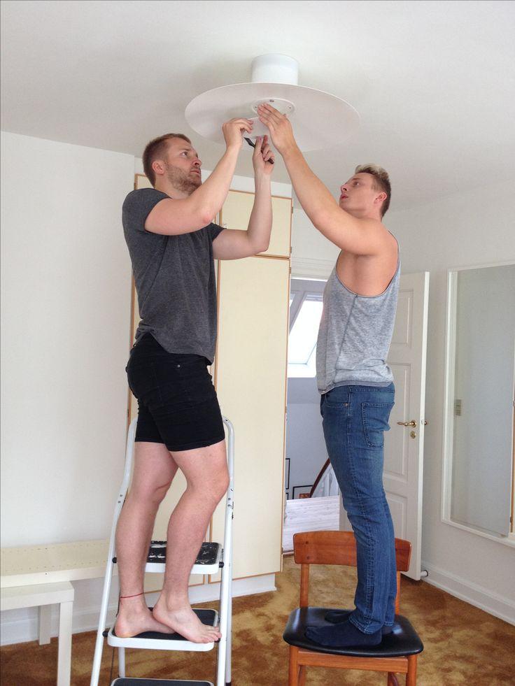 Aug 2016. Mads og jeg er sat på arbejde af mor - i færd med at sætte lampe op. ...