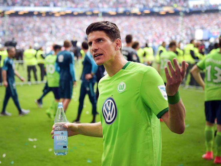 #SZ | #VfL Wolfsburg #am Tiefpunkt   Gomez  Extrarunde verdient  Hamburg (dpa) - #Wie gemassregelte #Schueler #standen #die Wolfsburger Fussball-Profis #in #einer abgesperrten #Zone #des Hamburger Volksparkstadions #und liessen #die Koepfe #haengen.  #Von Franko Koitzsch #und Britta Koerber, dpa   Hamburg (dpa) - #Auch #am #Tag #nach #der bitteren Last-Minute-Niederlage #beim #HSV sass #der Schock #beim #VfL Wolfsburg t