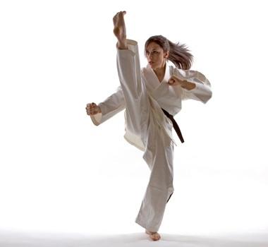 She's practicing kicking.    彼女は蹴りの練習をしている。