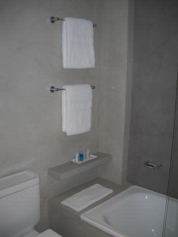 Ba o de cemento alisado o microcemento habitaciones for Revestimiento banos pequenos