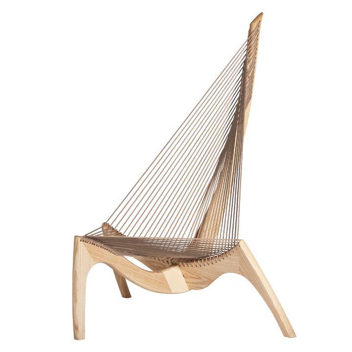 ヨーゲン・ホヴェルスコフがデザインした「ハープチェア」。 ハープという名前だが、バイキング船の船首の形に基づいてデザインされている。座り心地は堅めのハンモックのようらしい。