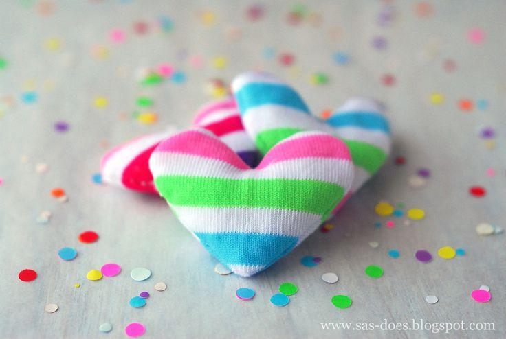 Hjärta av strumpor Äter din tvättmaskin upp strumpor ibland så du står med ojämna par? Då är dessa hjärtan något för dig! Ta dina omaka par och sy om till dessa gulliga små hjärtan. Det du behöver är strumpor, sax, nål, tråd och ris/bomull. Enkelt och billigt! Beskrivning Inspiration tagen från SAS does  Follow …