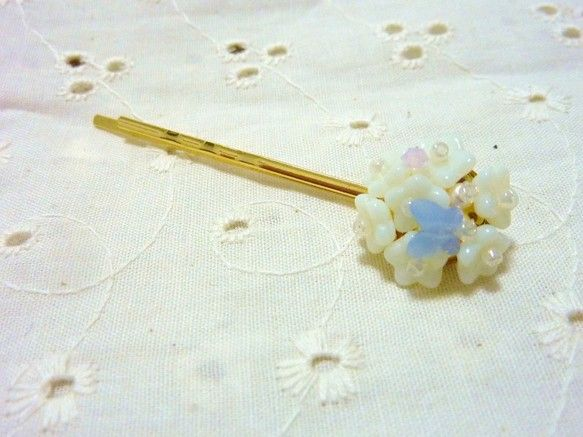 素材:お花/チェコビーズ(ホワイト)   ちょうちょ/スワロフスキー(エアーブルーオパール)   スワロフスキー(ローズウォーターオパール)   スワロフスキ...|ハンドメイド、手作り、手仕事品の通販・販売・購入ならCreema。