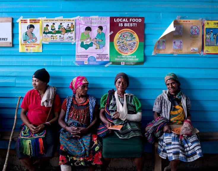 Cuatro mujeres víctimas de violencia esperan tratamiento fuera de la sala de cirugía en un hospital de Papua Nueva Guinea. Según el informe de MSF, ese país es muy peligroso para las mujeres, estas son el 94% de todos los pacientes que la ONG trató por violencia de género o sexual. La mayoría habían sido atacadas por sus parejas, la familia o algún conocido. Casi todas (97%) necesitaron tratamiento.