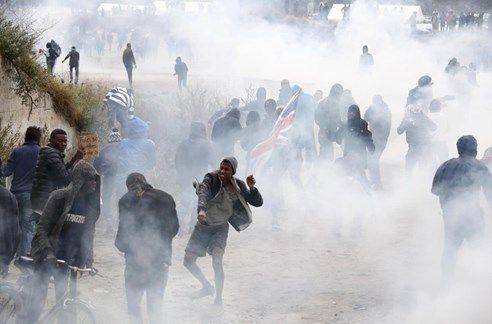 Confrontos violentos em Calais - Correio da Manhã