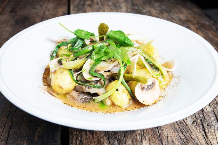 Сочетание картофеля с грибами и маринованными или малосольными огурчиками – это классика кулинарного жанра. Мы предлагаем вам попробовать обновленную версию этого микса в блюде, приготовленном по рецепту гастробара «Никуда не едем». На этот раз картофель встречается с грибами и огурчиками в одном салате. Добавьте сочный зеленый лук, пряную медово-горчичную заправку – и идеальный ужин готов!