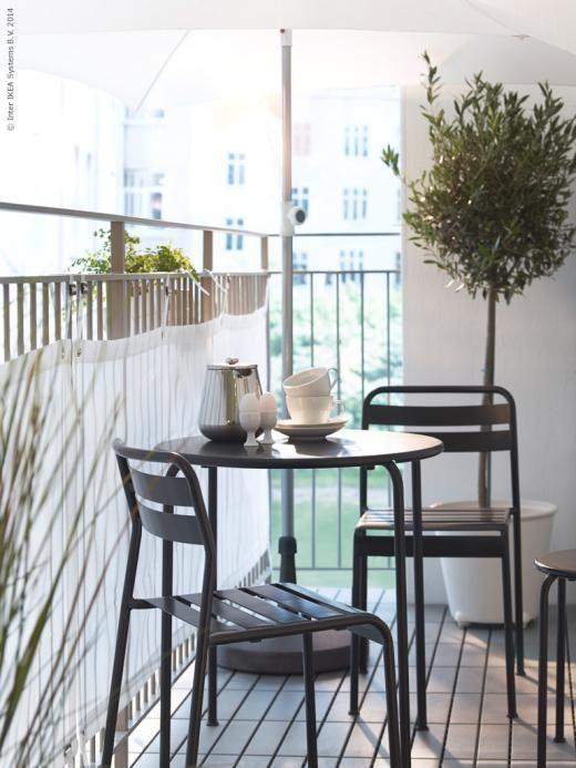 ROXÖ bord och stolar i stål går att stapla och hjälper dig att spara plats.