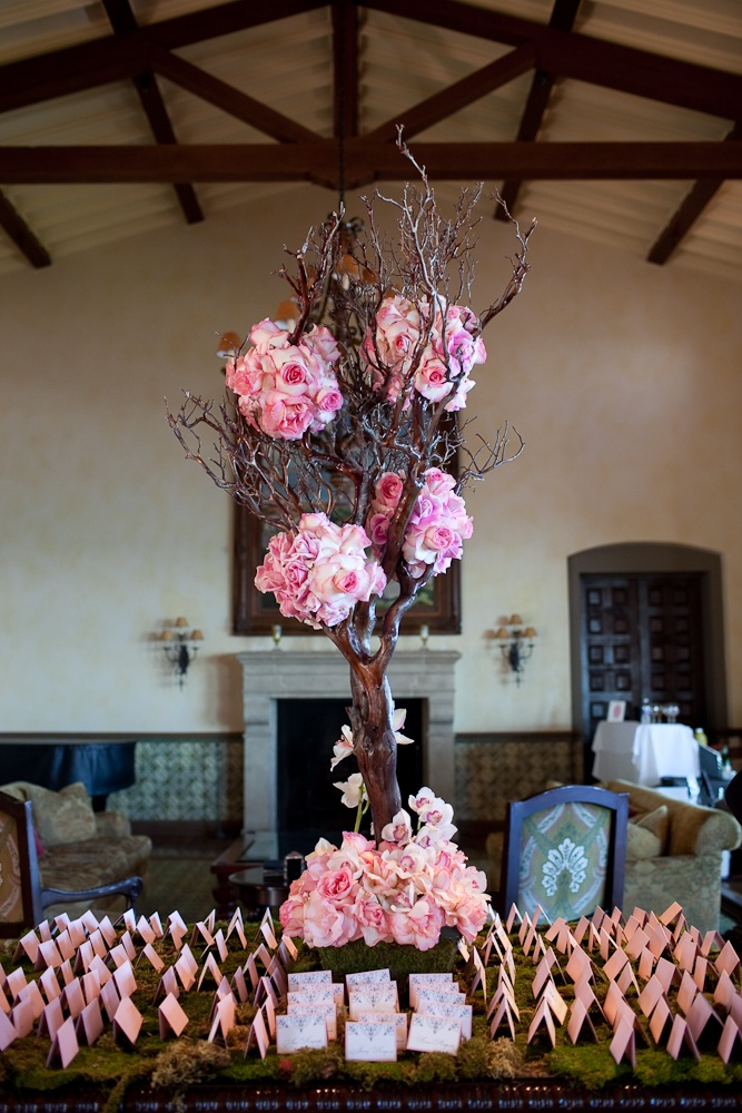 Escort cards and manzanita tree centerpiece wedding for Arboles florales para jardin