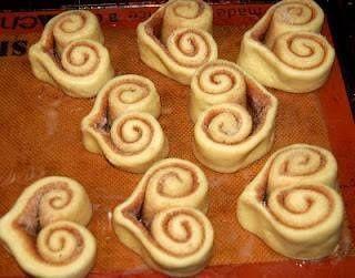 neat way to bake cinnamon rolls