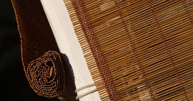 Como recolocar a corda de uma cortina romana de madeira. As cordas de sua cortina romana quebraram. Cortinas com mais do que uma corda de puxar podem funcionar ainda, mas a substituição das cordas torna-se necessário quando mais de uma corda se romper ou houver vários nós embolados, fazendo com que nada mais funcione. Substituir as cordas da cortina exige um pouco de paciência, mas se você puder fazer ...