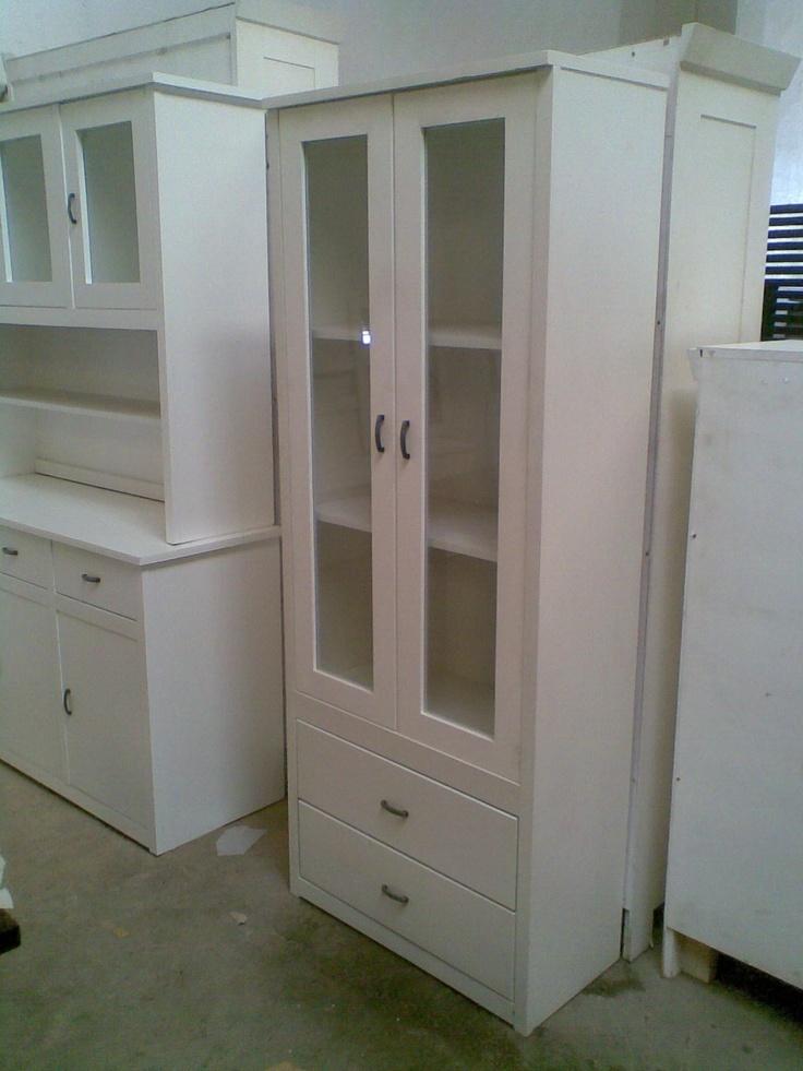 Vitrina de madera de pino lacada en blanco tres puertas for Muebles pino valencia