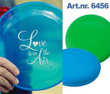 Een #frisbee is een leuk geschenk voor een #bruiloft aan het #strand of in het…