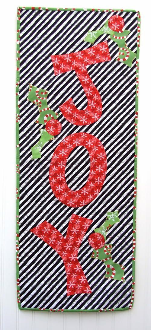 Joyful Noise Holiday Wallhanging | Show off your love of the upcoming holiday season with this easy Christmas wallhanging!