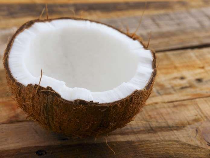 MATEN SOM BRÄNNER FETT BÄST: KOKOSOLJA Kokosolja innehåller triglycerider (MCT), det fett som din kropp föredrar att använda för energi, vilket gör att det mindre sannolikt att det lagras som fett. En studie visade en ökad fettförbränning under en 16-veckorsperiod då MCT konsumerades i stället för olivolja. Olivolja innehåller andra viktiga näringsämnen men försök att variera med kokosolja då och då.
