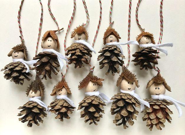 Verkaufe 10 Waldwichtel-Anhänger / Baumschmuck (Set)  Die Waldwichtel sind aus einem Zapfen, einer Bucheckermütze und einer kleinen Buchenholzkugel gefertigt. Jeder Wichtel trägt einen weißen...