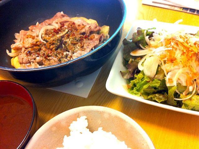 ごはんとお味噌汁の位置が逆だった(^_^;) - 6件のもぐもぐ - 朝昼ごはん。豚肉とじゃがいものガーリック蒸し焼き、新たまねぎのサラダ、なめこ汁。 by licca