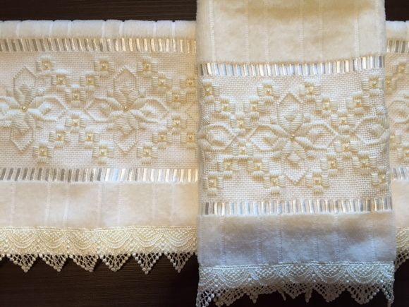 Toalha lavabo marca dohler bordada com ponto reto, pérolas e guipir.  Confeccionamos o conjunto (rosto e lavabo) ou separadamente, e na cor desejada